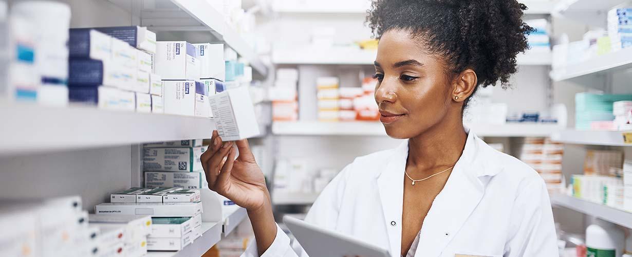 Kvinnelig apotekmedarbeider