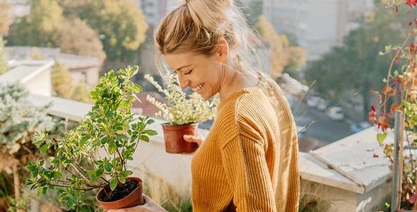 Kvinne med planter