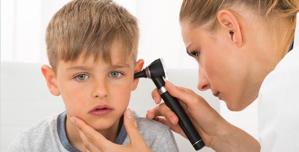 Gutt får øret undersøkt