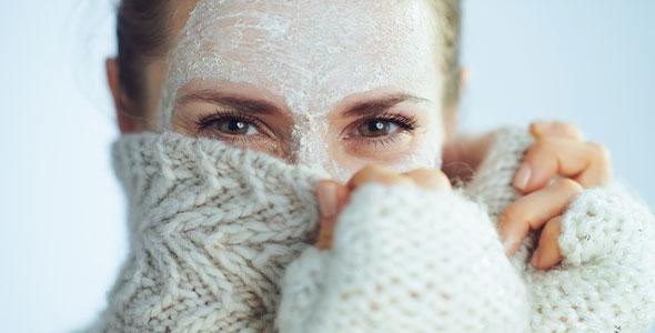 Kvinne med ansiktsmaske