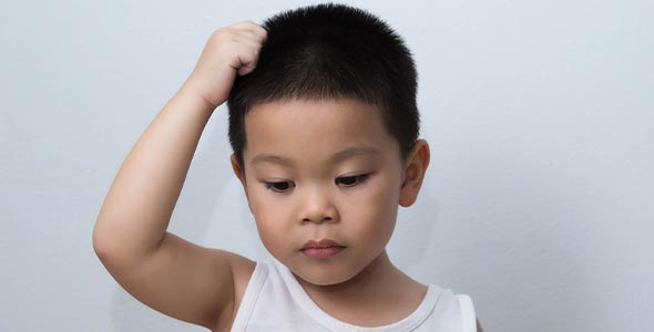 liten gutt klør i hodet