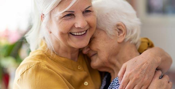 Eldre kvinner klemmer