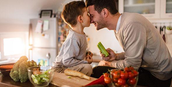 Far og sønn på kjøkken