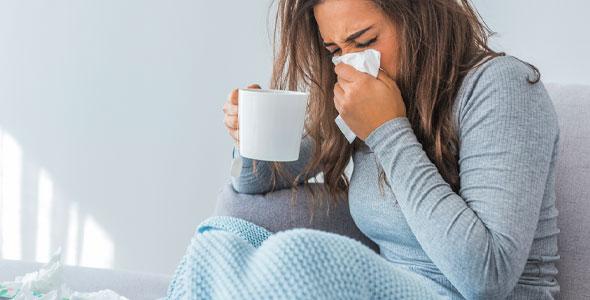 kvinne som er forkjølet