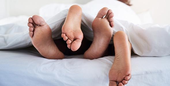 Føtter i sengen